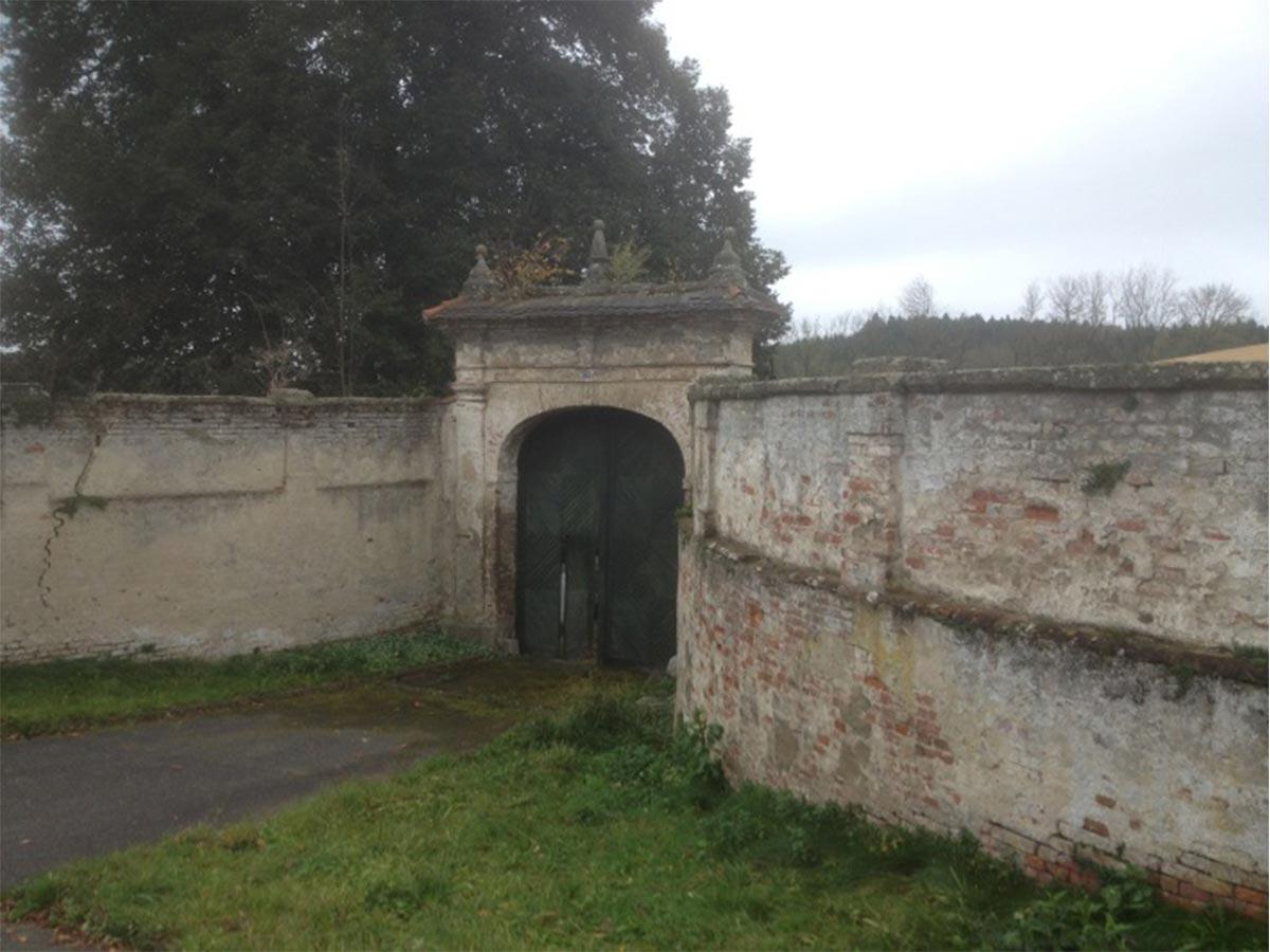 Schlossmauer vor der Renovierung