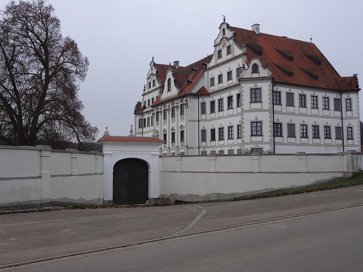 Schlossmauer nach der Sanierung durch den bendl