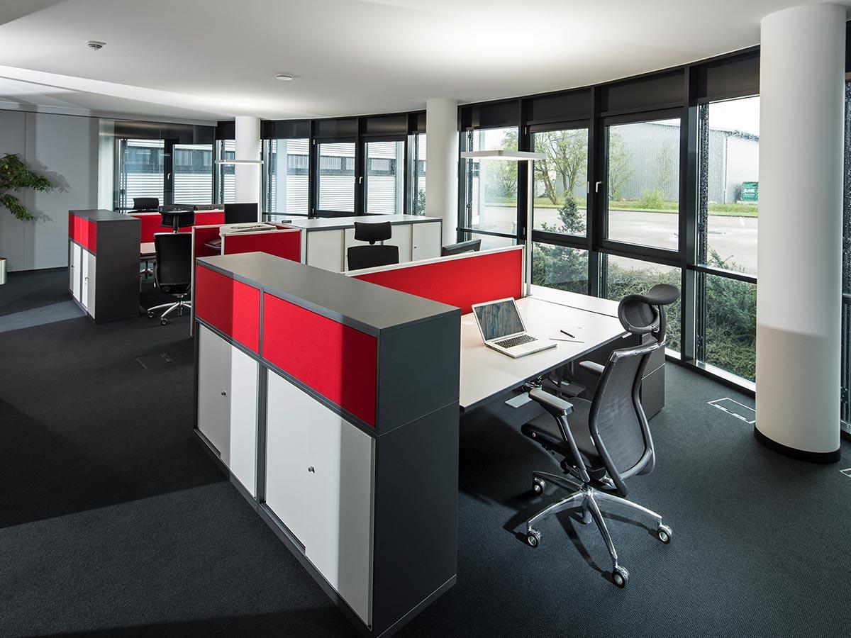Arbeitsplätze im Büro der Firma Kögl GmbH in Bubesheim