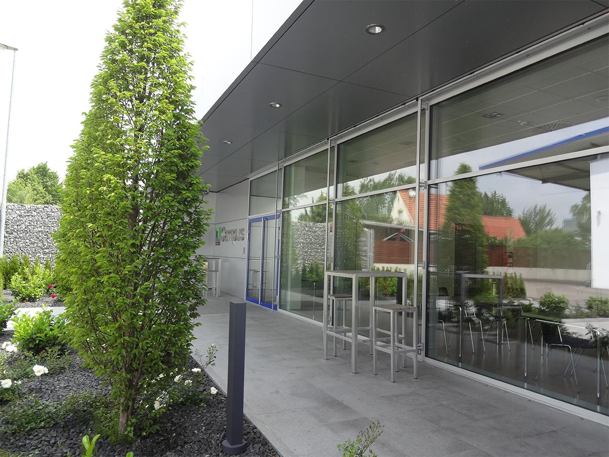 Stehplätze am hinteren Eingangsbereich am Campus