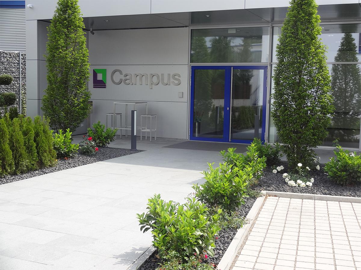 Zugang am hinteren Eingang des Campus der Günzburger Steigtechnik GmbH