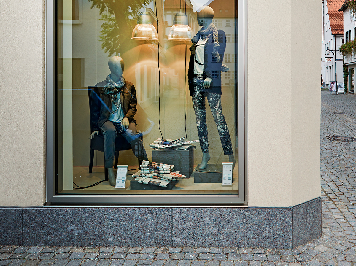 Neuer Sockel für das Modehaus Schild in Günzburg