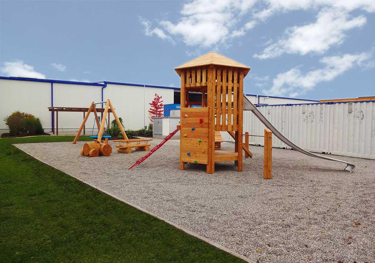 Ein Spielplatz für Groß und Klein bei der Günzburger Steigtechnik.