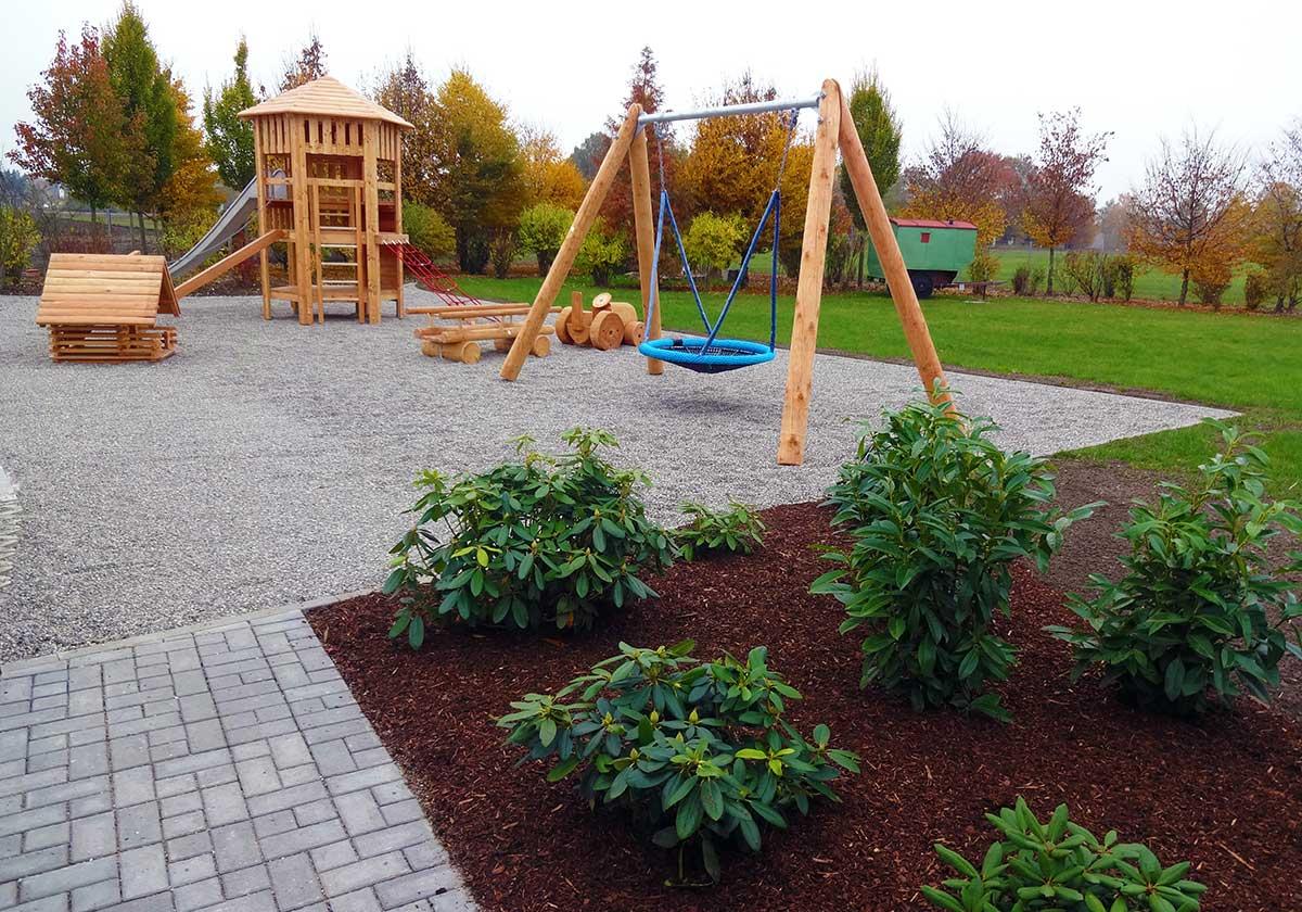 Der firmeninterne Kinderspielplatz der Günzburger Steigtechnik GmbH - umgesetzt durch bendl Außenanlagen in Günzburg.