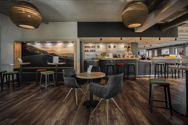 Geschäftshaus XLNC Aufenthaltsraum mit Bar