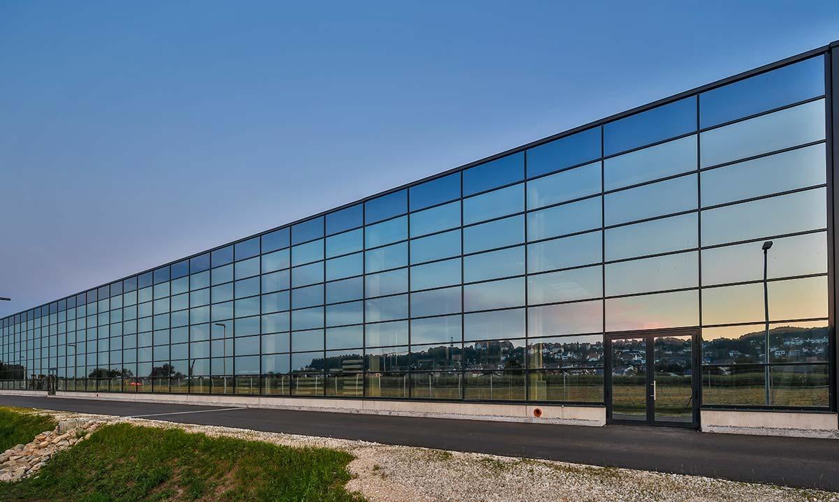 Produktionshalle der Firma Gugelfuss GmbH in der sich die Stadt Elchingen spiegelt Bauunternehmen bendl