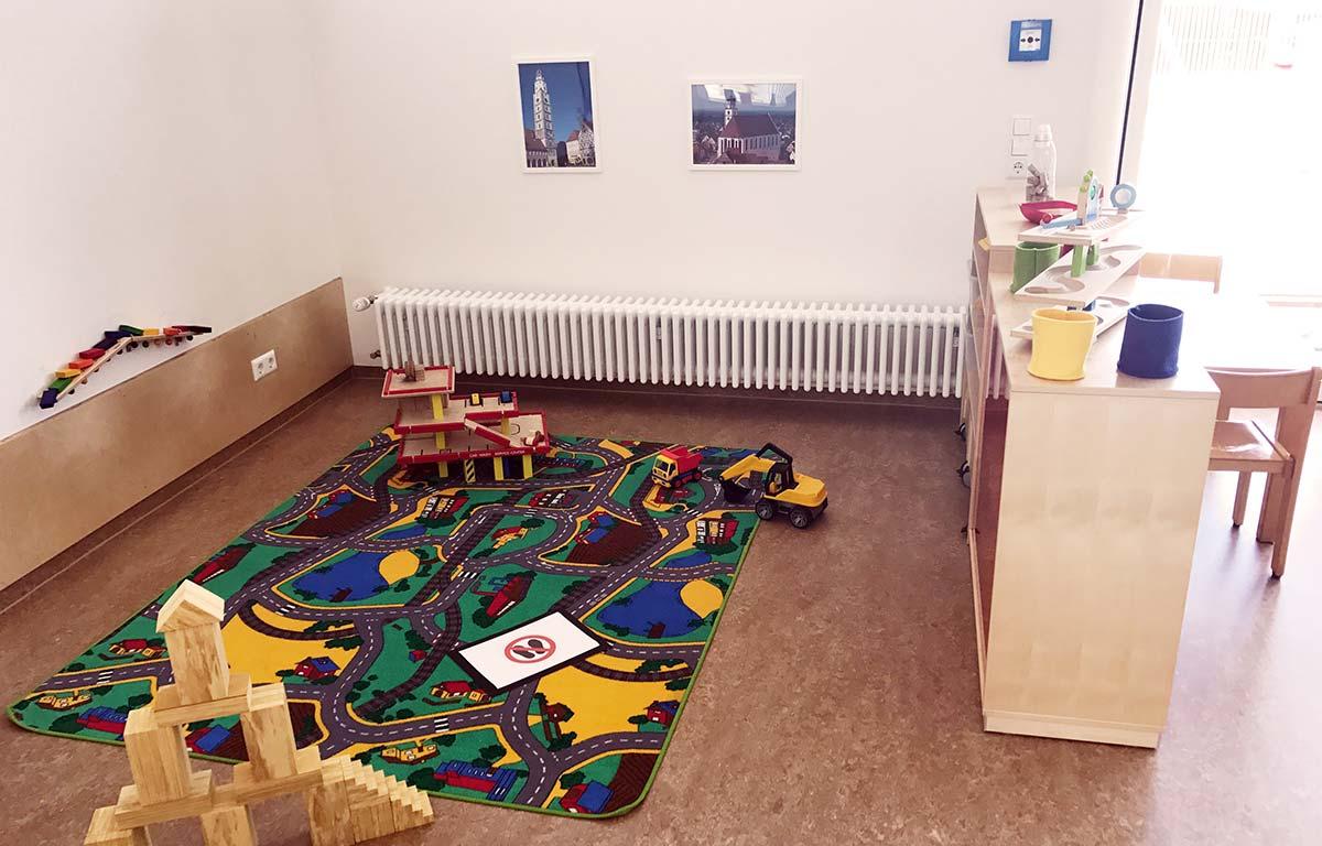 Eine gemütliche Kinderspielecke in der frisch sanierten Kita