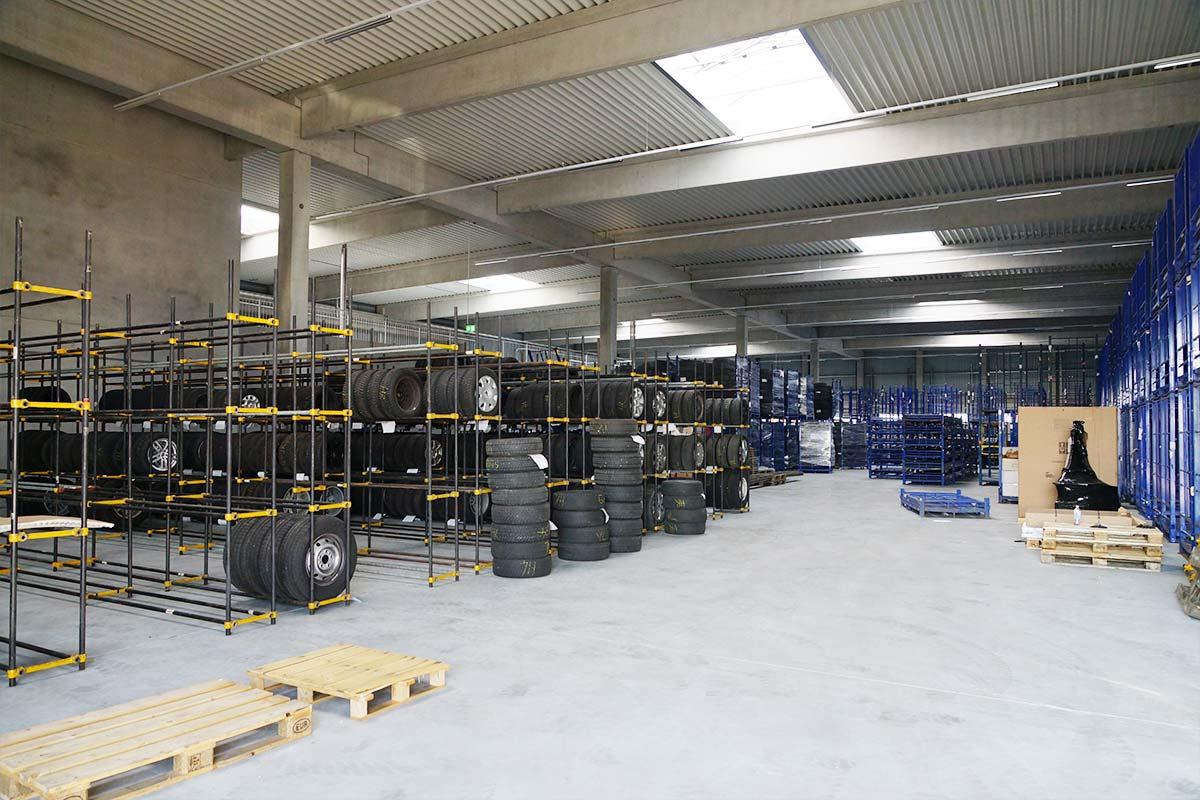 Die Lagerflächen für Reifen bei der Reifen Müller GmbH in Leipheim.