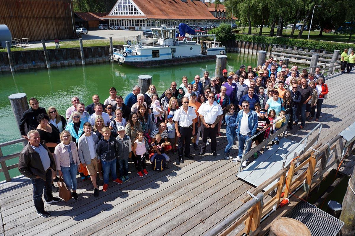 Die Teilnehmer an der Schiffanlegestelle in Stegen am Ammersee