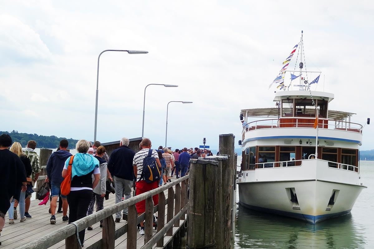 Die Teilnehmer am bendl Betriebsausflug steigen auf das Schiff für eine Sonderschifffahrt