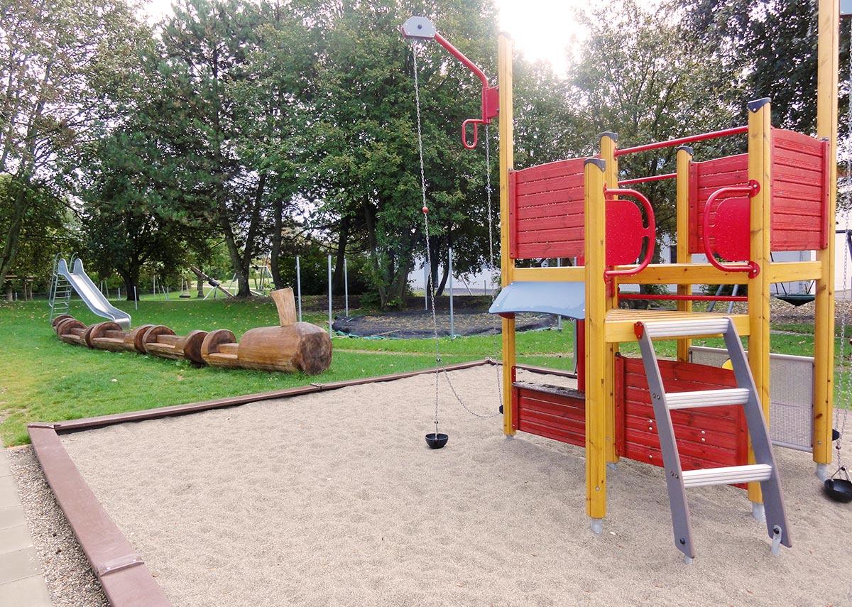 Ein großzügiger Spielplatz auf dem Außengelände der Kita in Syrgenstein