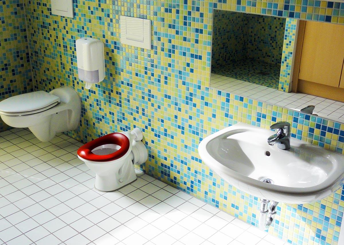 Selbst die Sanitäreinrichtung ist bunt und kindgereicht gestaltet in der Kita