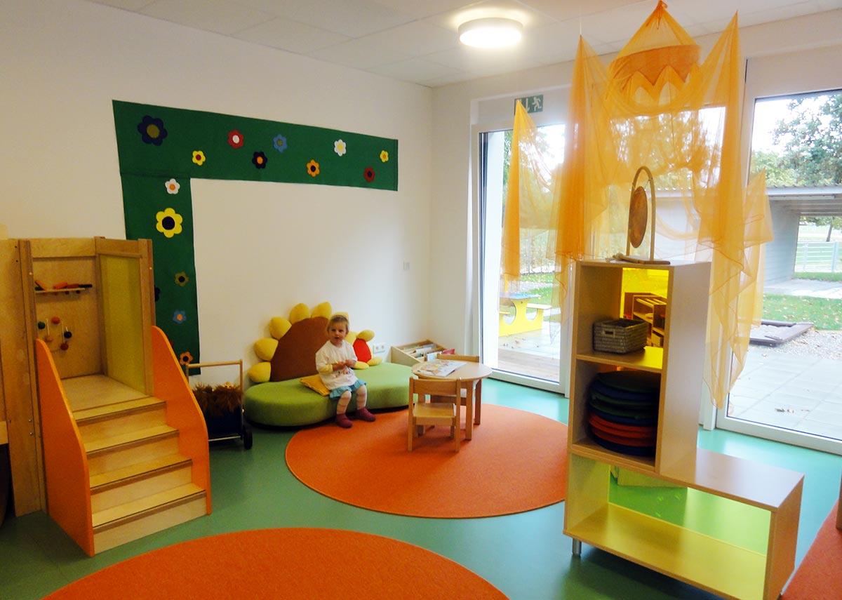 Einladende und bunte Spielbereiche für die Kinder in der Kita