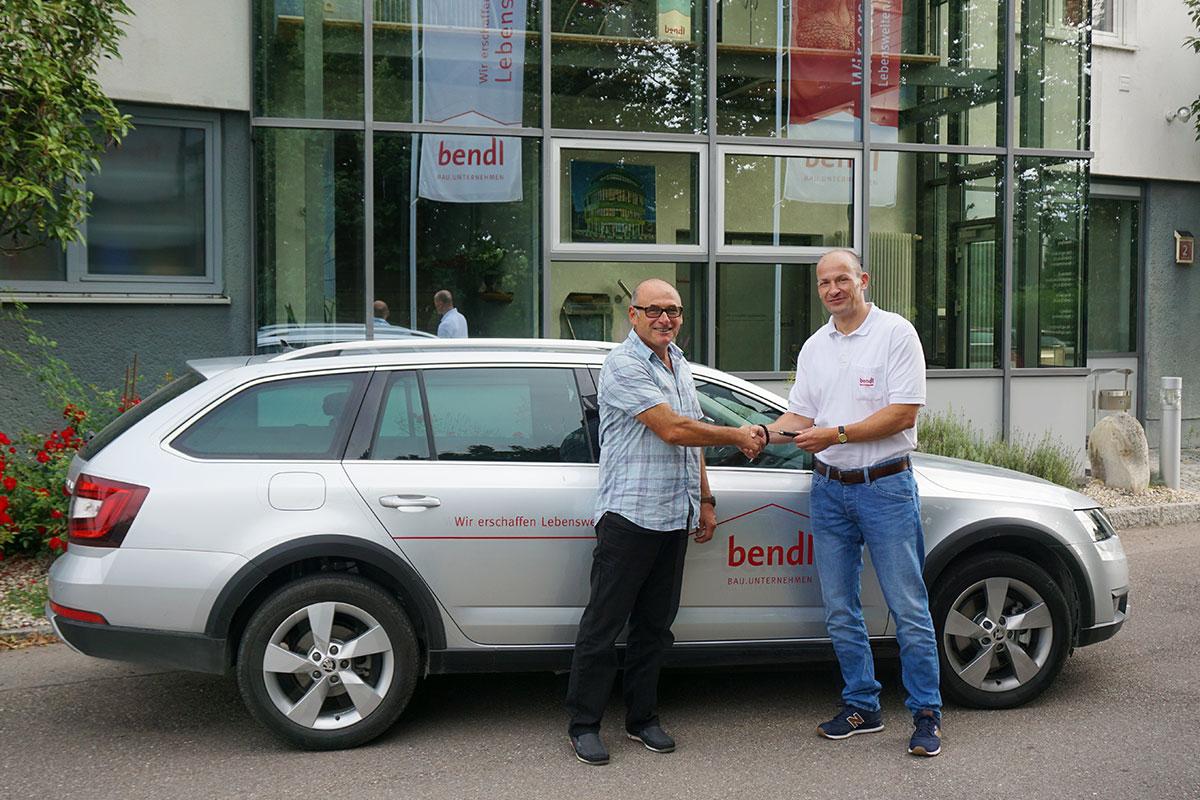 Abteilungsleiter der Abteilung Hochbau, Bernhard Sailer vom Bauunternehmen bendl aus Günzburg, freut sich über sein neues Firmenfahrzeug