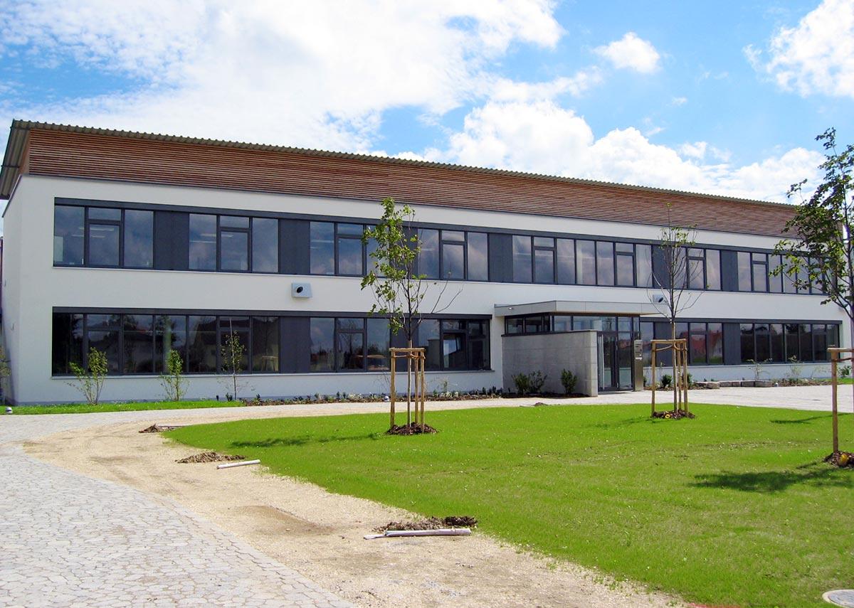 Die zweigeschossige Grundschule in Passivbauweise in Günzburg
