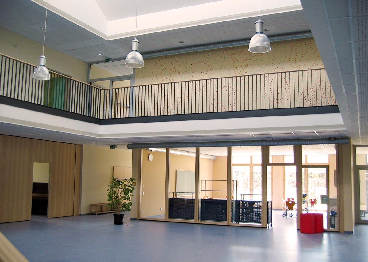 Ein lichtdurchfluteter Eingangsbereich in der Grundschule in Passivbauweise