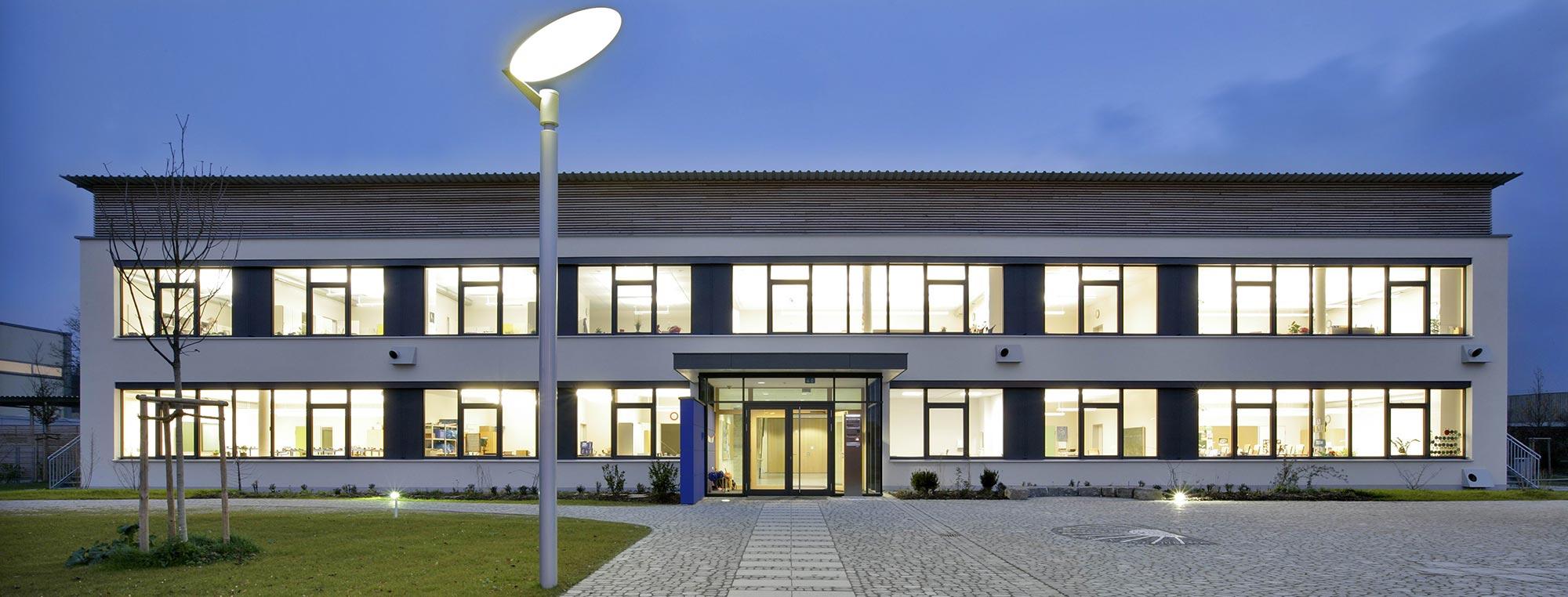 von der KUMAS ausgezeichnete Leitprojekt 2007, die Grundschule Süd-Ost in Günzburg in Passivbauweise