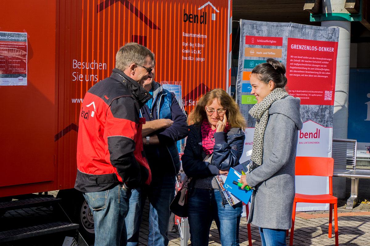 Polier Frank informiert diese junge Schülerin und ihre Eltern über die Perspektiven beim Bauunternehmen bendl