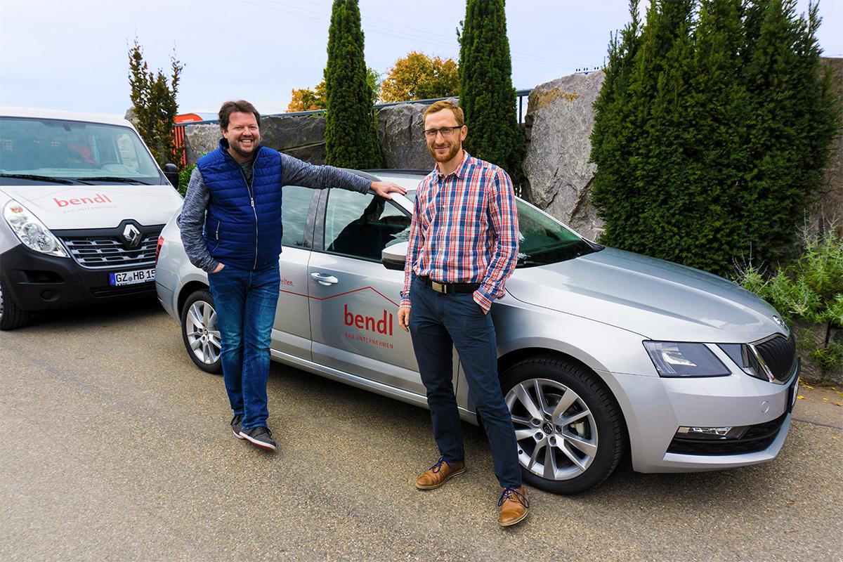 Schlüsselfertigbau-Projektleiter Michael Maurer ist sichtlich stolz auf sein neues bendl-Fahrzeug.