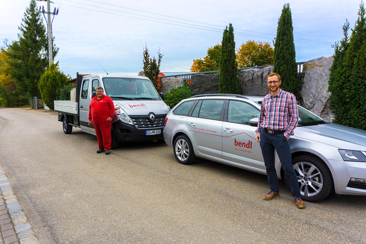 Neues Tiefbau-Pritschenfahrzeug für Konrad Beck und ein Projektleiterauto für Michael Maurer Abteilung Schlüsselfertigbau vom Bauunternehmen bendl in Günzburg