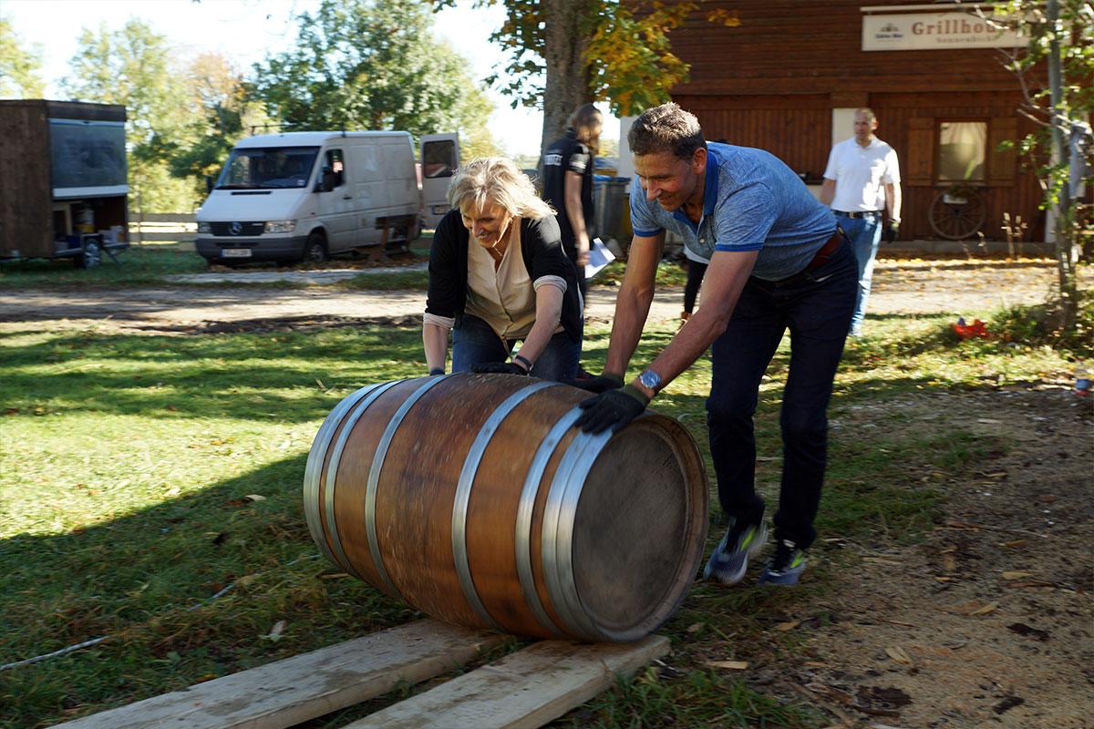 Das Weinfassrollen stellte eine anstrengende Herausforderung dar