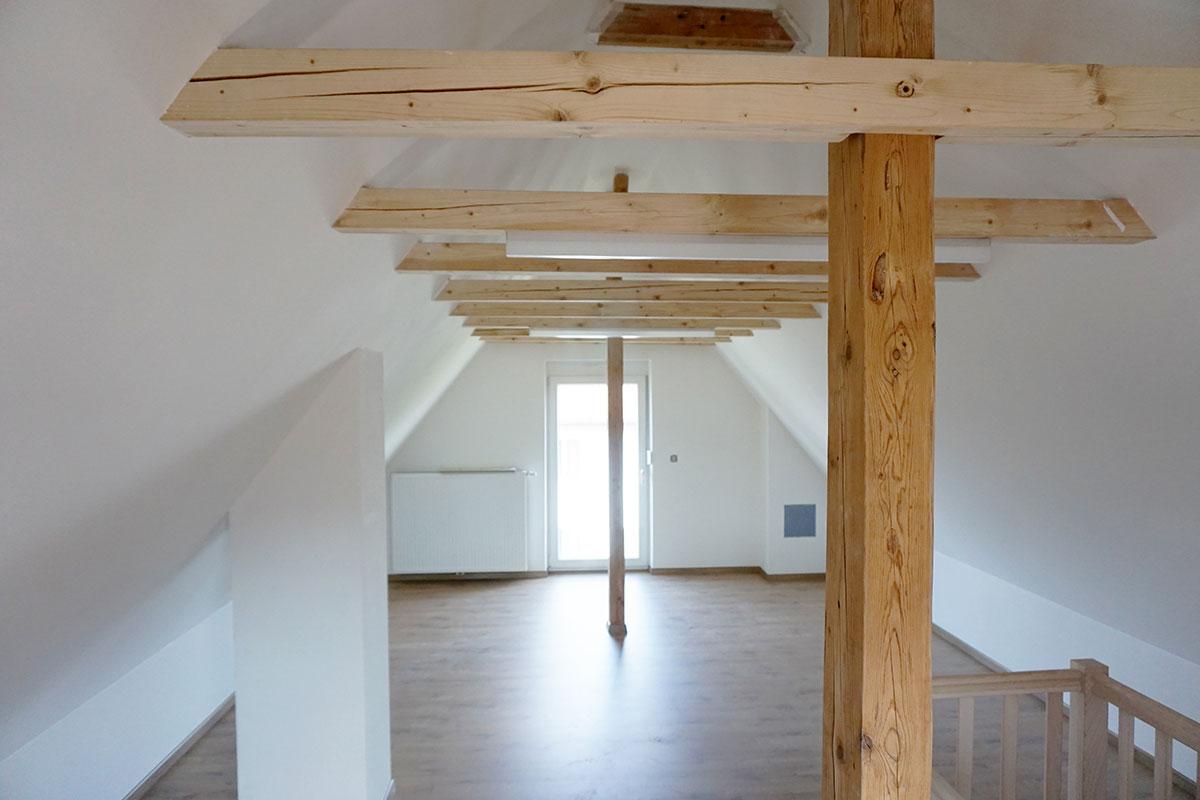 Der Dachboden nach der Renovierung wirkt hell und freundlich