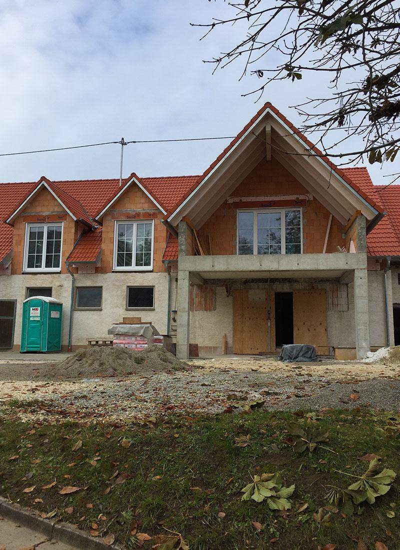 Das Wohnhaus neu eingedeckt mit Dachplatten