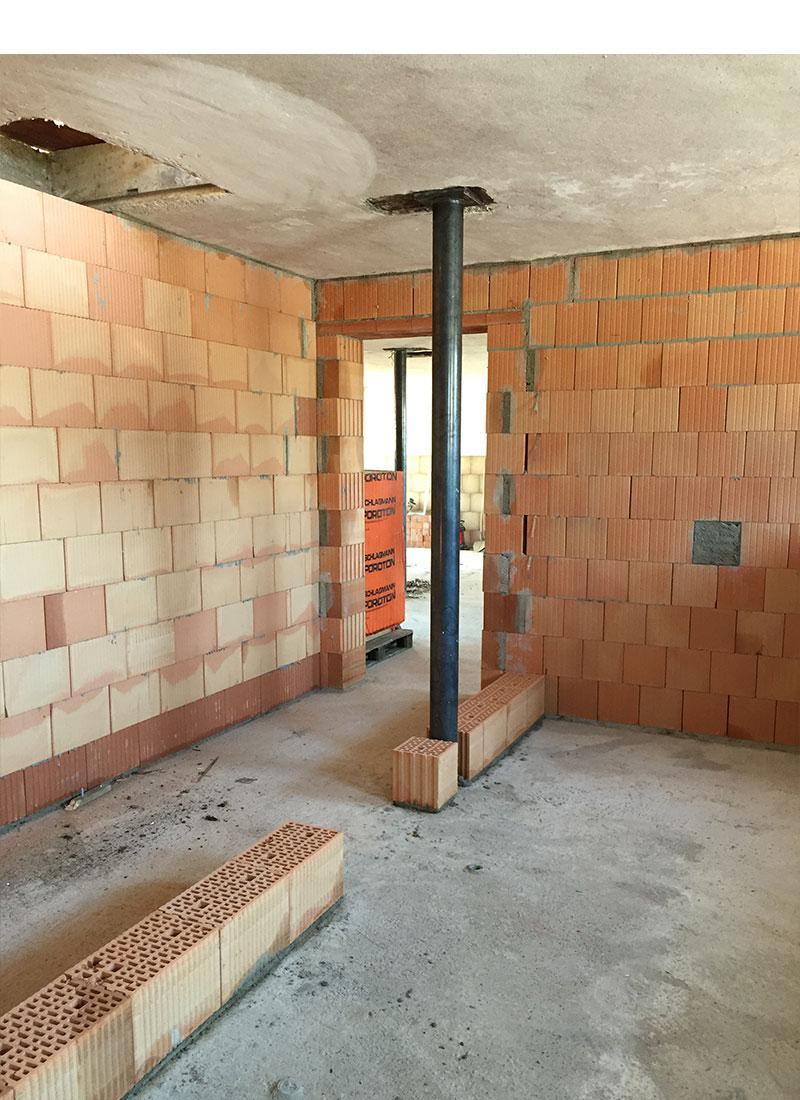 Nachdem der Boden im Stall aufgefüllt war, wurden durch Maurerarbeiten Wände eingezogen