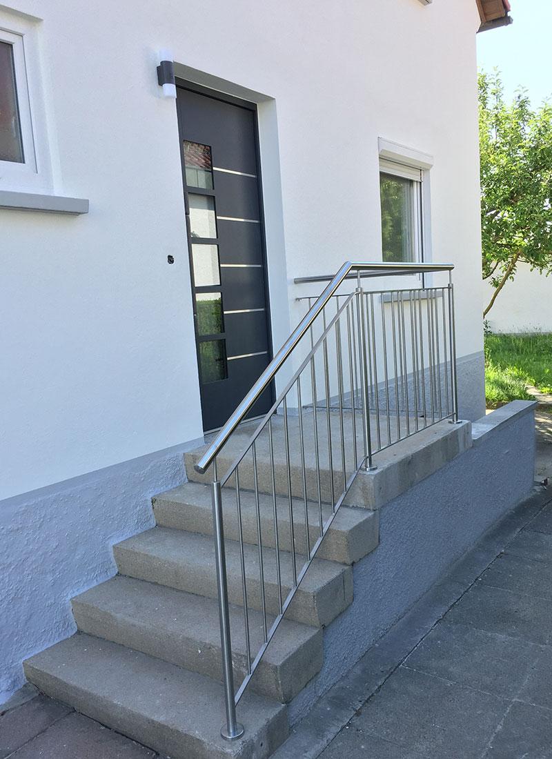 Der neue Eingangsbereich mit neuem Treppengeländer sowie neuer Haustür wirkt modern und einladend