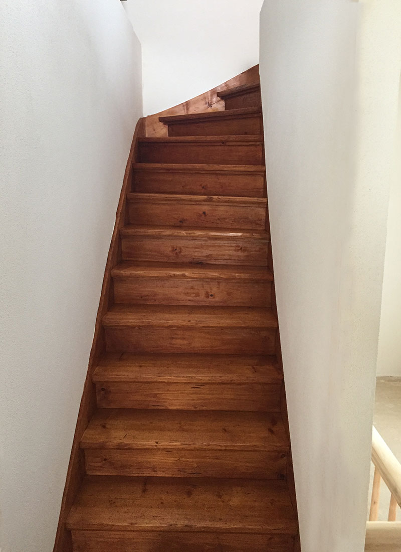 Treppenaufgang in das Dachgeschoss nach der Renovierung