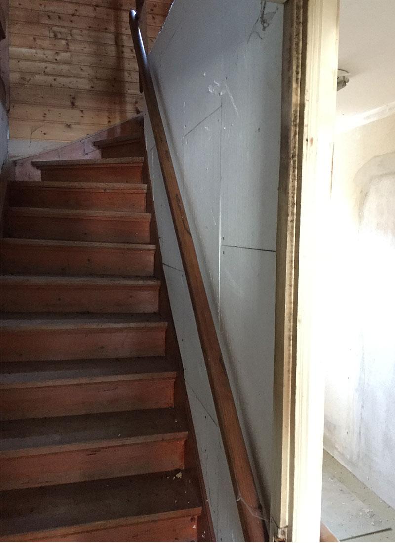 Der Treppenaufgang vor der Renovierung in das Dachgeschoss