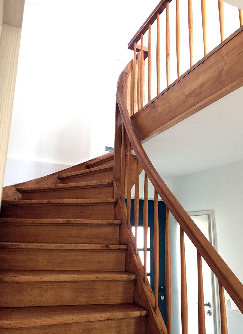 Der Treppenaufgang vom Erdgeschoss in den 1. Stock nach der Renovierung