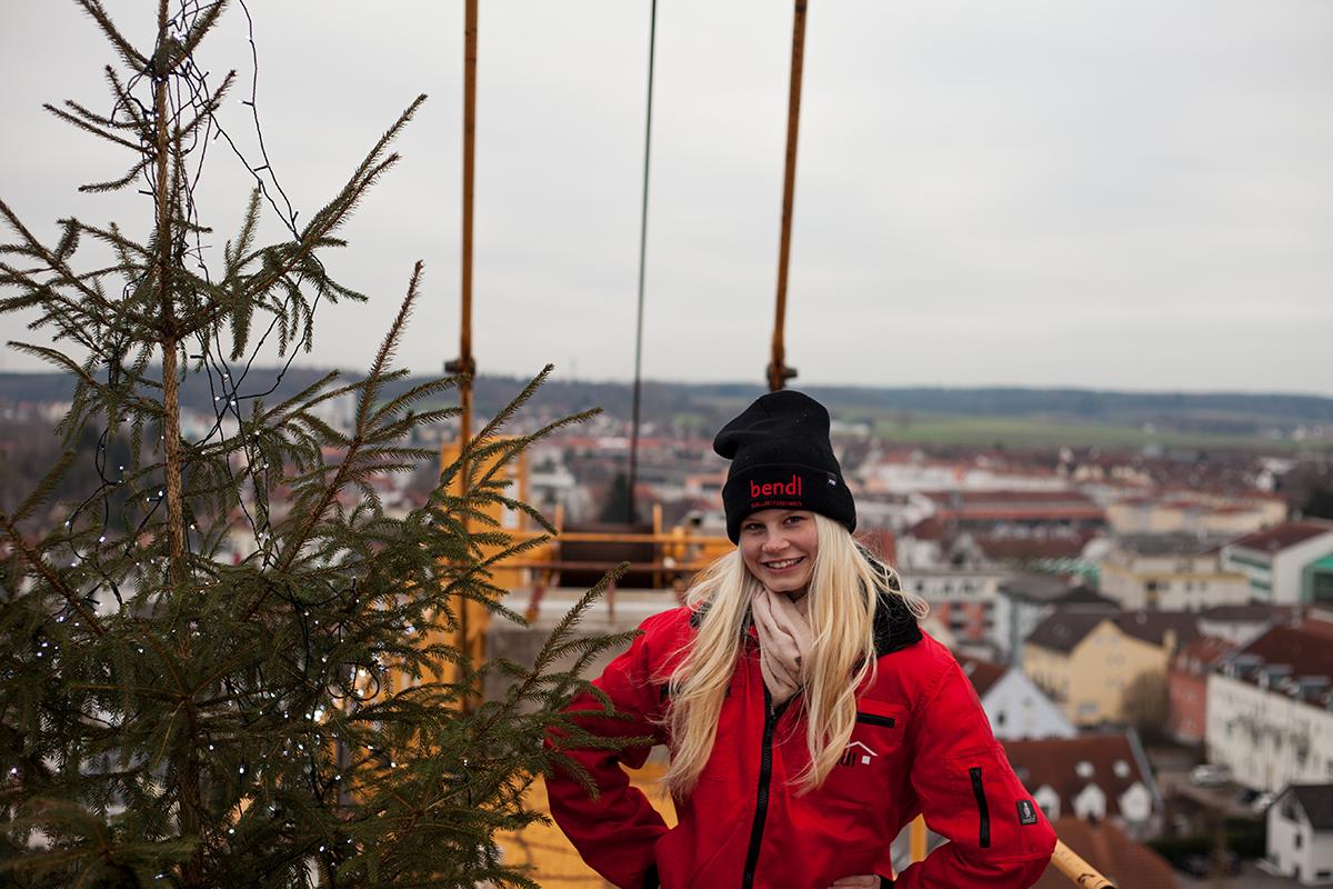 Auch Charlotte freut sich, beim Christbaum auf dem Kran angekommen zu sein