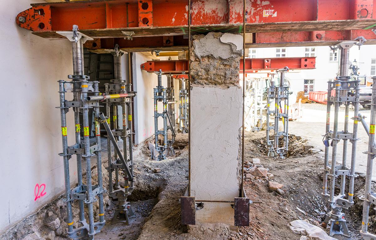 Die Stützen des Finanzamtes in Günzburg werden angehoben durch das Bauunternehmen bendl