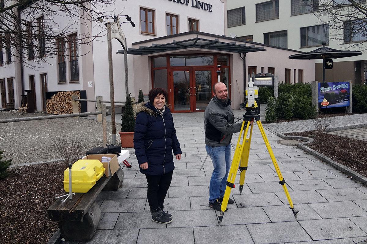Daniela Hosch und Ralph Gerstberger führen die Totalstation auf den bendl Poliertagen vor