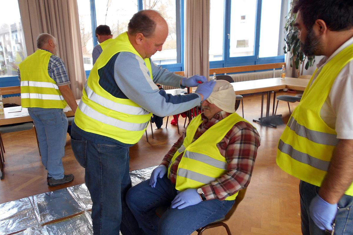 Mit viel Freude lernt das Team von bendl die verschiedenen Techniken der Wundversorgung