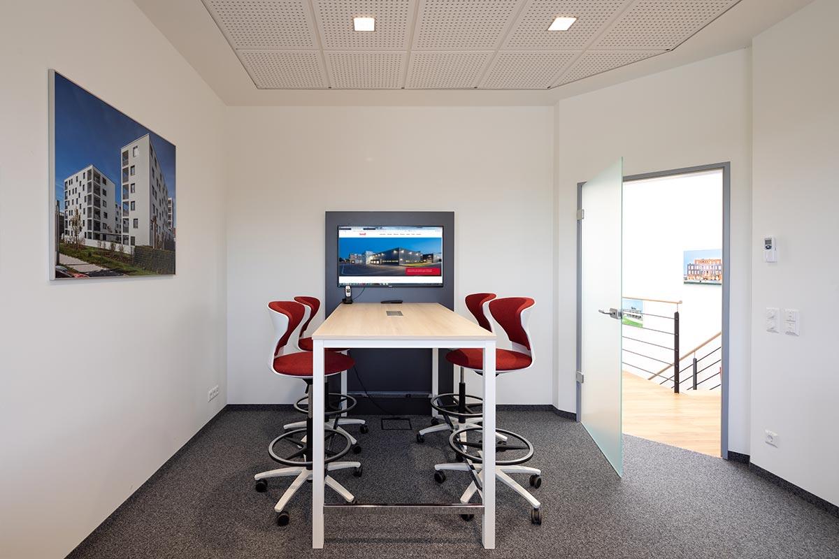 Bequeme und moderne Hochstühle direkt am Bildschirm. So sieht zeitgemäßer Austausch im Besprechungszimmer im 2. OG aus.