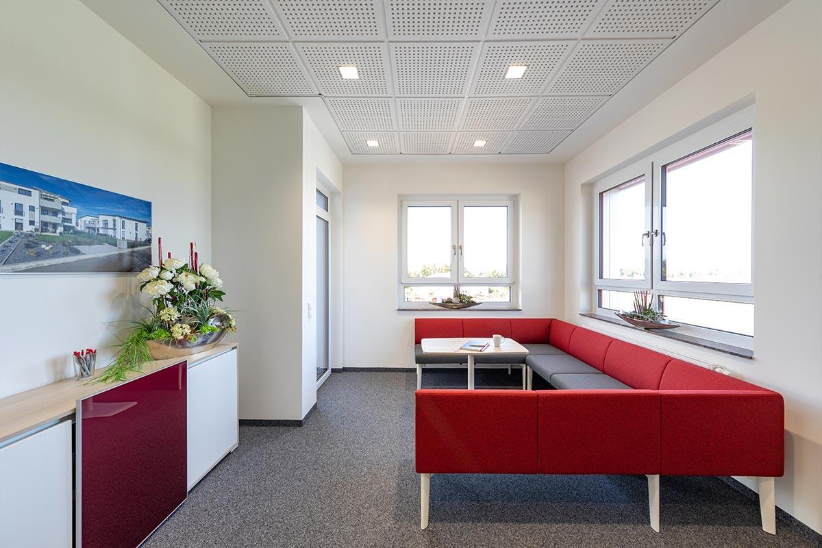 Das neue Besprechungszimmer im 2. Obergeschoss bietet sowohl direkten Zugang zur Terrasse als auch zwei verschiedene Sitzgelegenheiten. Einmal eine Sitzbank, als auch Hochstühle. Für jeden ist hier etwas dabei.