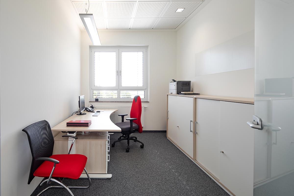 Beispiel eines unserer neuen Einzelbüros. Auch dieses ist hell, geräumig und ruhig.