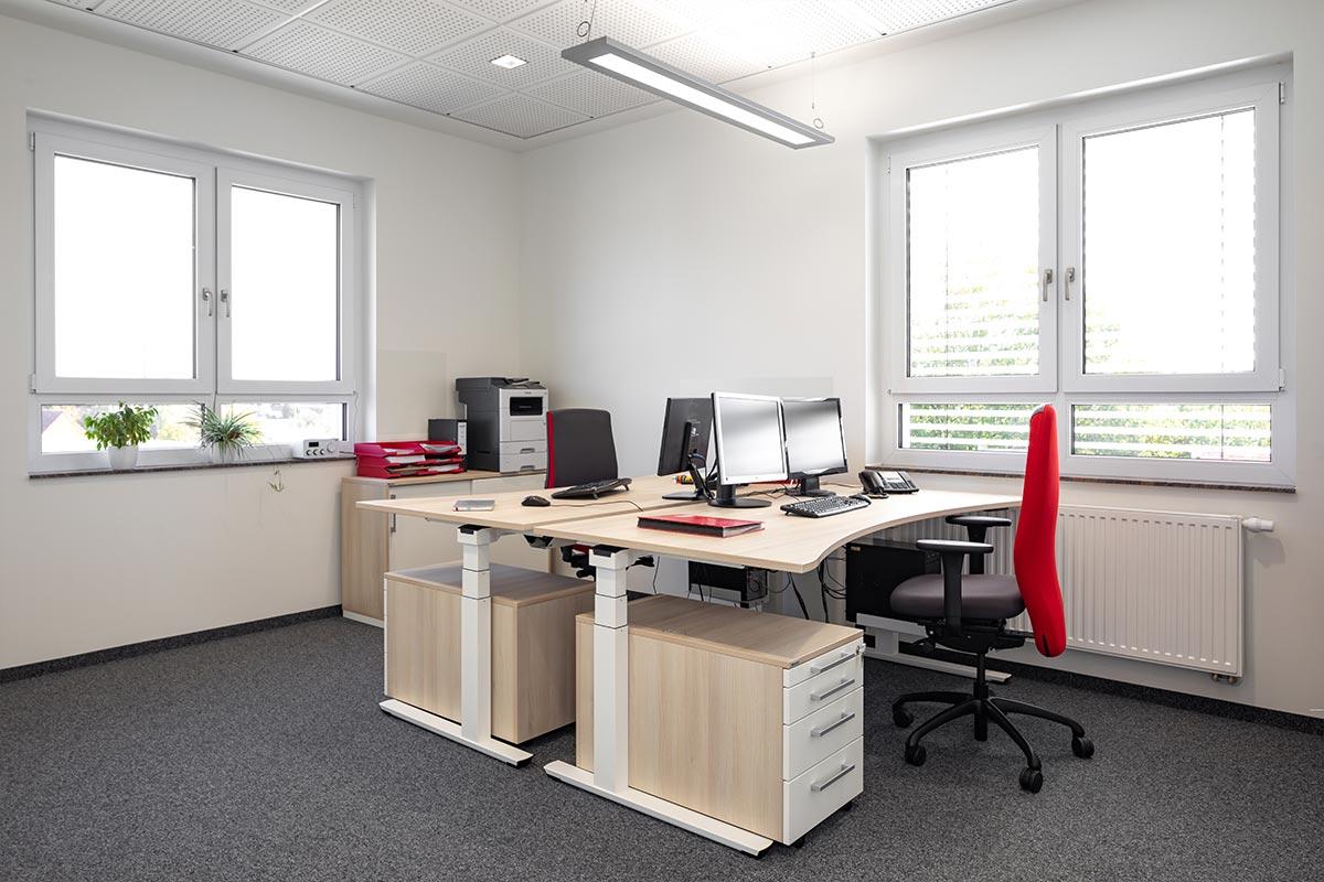 Eines unserer neuen Zweierbüros im 2. Obergeschoss. Hell, groß und freundlich. Hier lässt es sich angenehm arbeiten.