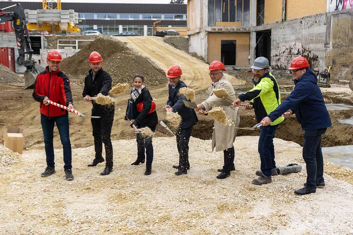 Spatenstich beim Dossenberger Gmynasium in Günzburg für den Neubau einer Pausenhalle - Aula.