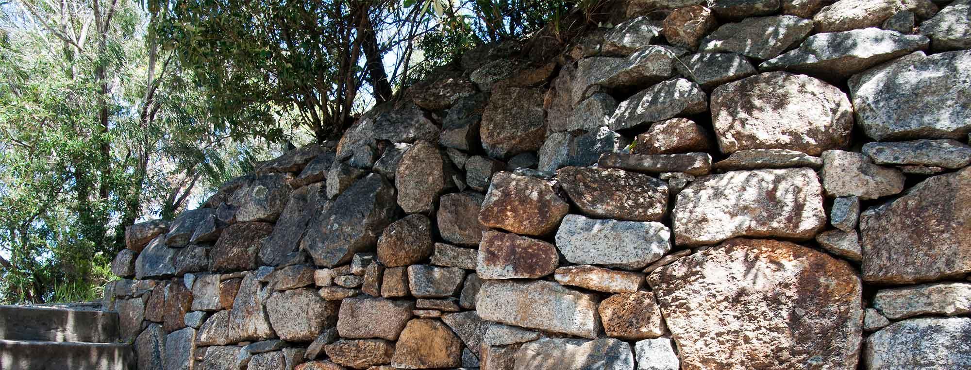 Trockenmauer aus Natursteinen für den Garten.