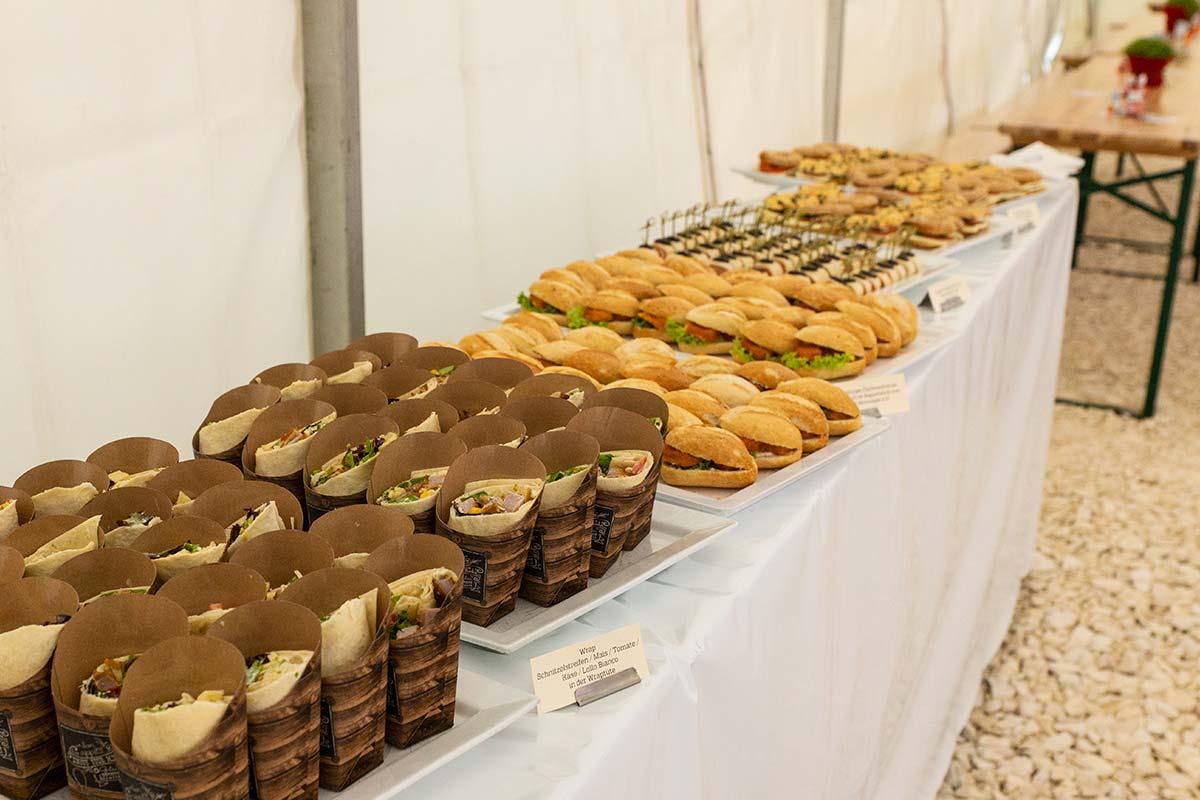 Snacks und Häppchen stehen schon bereit beim Spatenstich in Ulm.