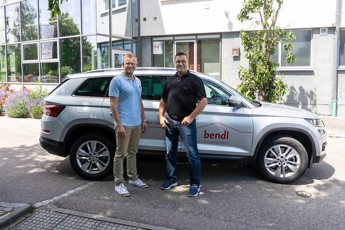 Abteilungsleiter Lukasz Matuschek von der bendl Kanalsanierung freut sich über sein neues Auto.