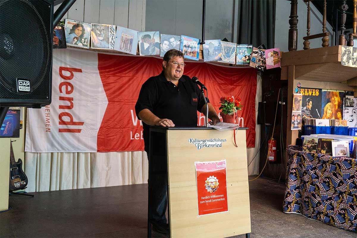Auch Betriebsratsvorsitzender Konrad Beck begrüßt im Namen der Firma bendl alle Gäste
