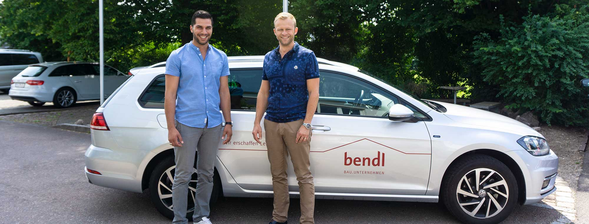 Bauleiter Hakan Yesilay vom bendl Schlüsselfertig freut sich über sein neues Auto