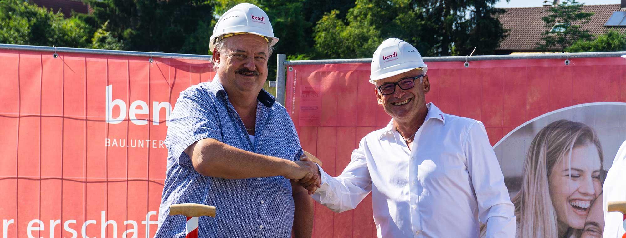 Bauherr und Investor Rolf Kunze und Bauleiter Bernhard Sailer freuen sich über den Start für die Wohnanlage in Gerstetten.