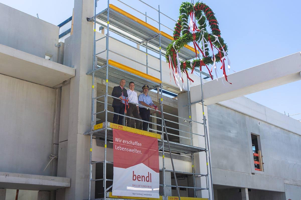 Große Freude beim Oberbürgermeister Gerhard Jauernig, Geschäftsführenden Gesellschafter Stefan Wiedemann von bendl und Feuerwehrkommandant Christian Eisele.