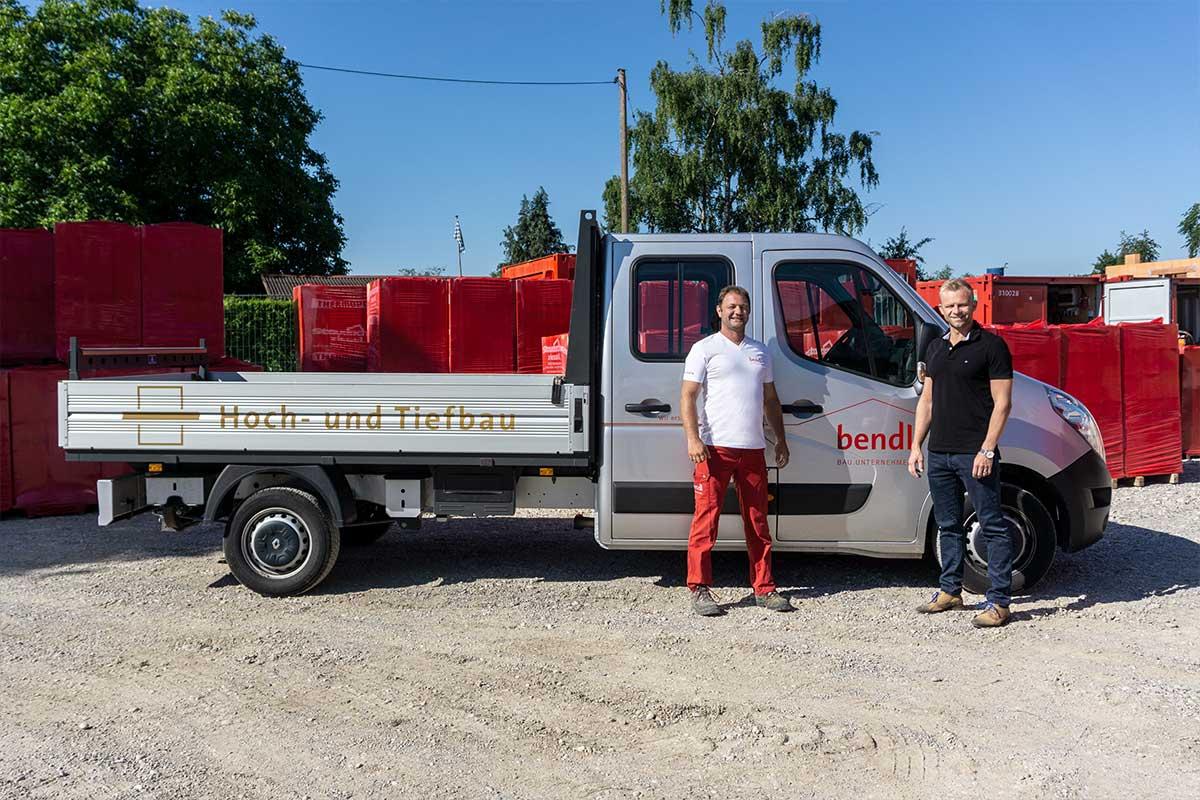 Polier Marcus Steiner vom bendl Hochbau freut sich über sein neues Pritschenfahrzeug.
