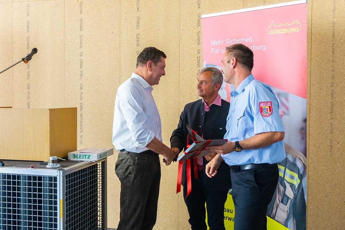 Stefan Wiedemann vom Bauunternehmen bendl dankt Oberbürgermeister Gerhard Jauernig und Feuerwehrkommandant Christian Eisele für das Vertrauen.
